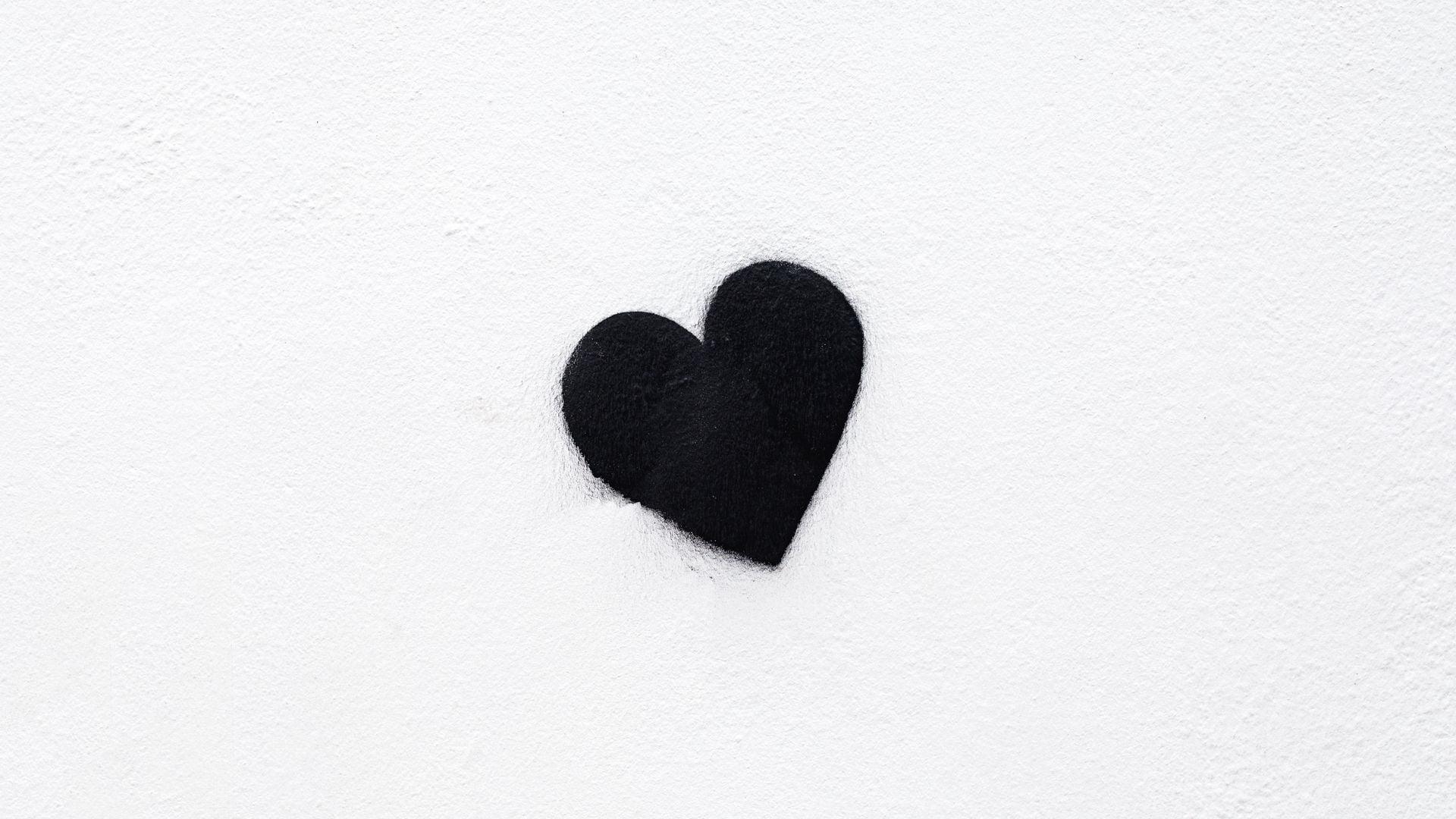 Trái tim đen dưới nền trắng
