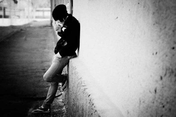 hình con trai cô đơn