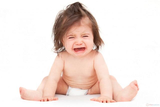 Ảnh em bé khóc cute đáng yêu