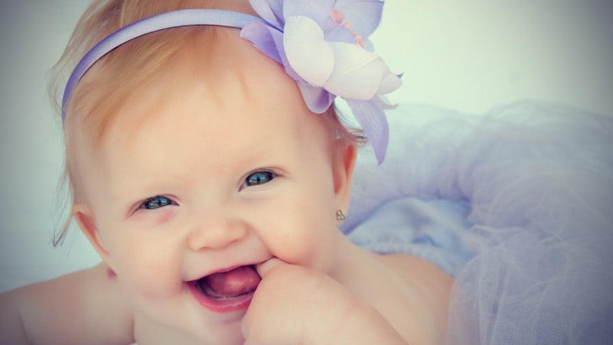 Em bé gái cute sơ sinh