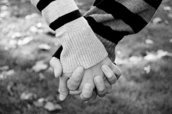 Hình ảnh 2 người nắm tay nhau đẹp lãng mạn