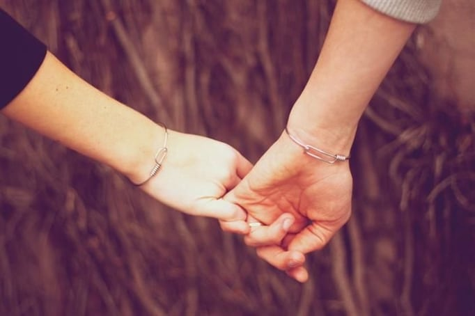 Hình ảnh nắm tay tình yêu