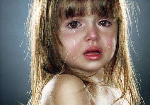 Hình bé gái khóc dễ thương