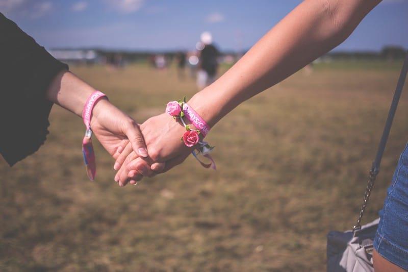 Hình nắm tay đẹp ngọt ngào lãng mạn