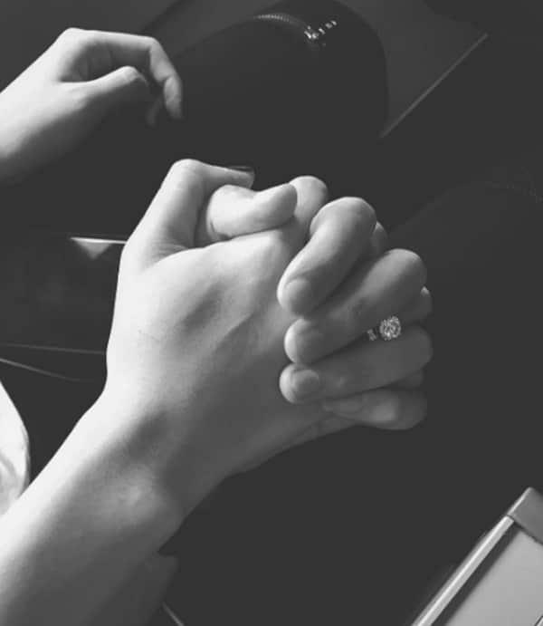 Hình nắm tay lãng mạn đen trắng