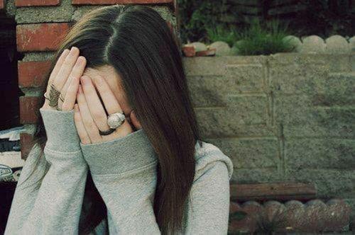 Hình nữ buồn khóc cô đơn