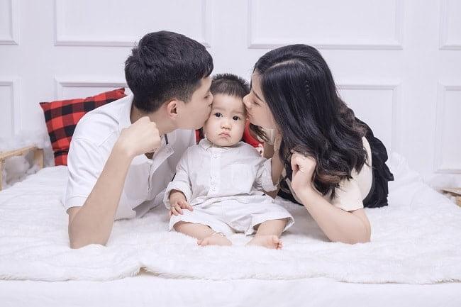 Kiểu chụp gia đình 3 người