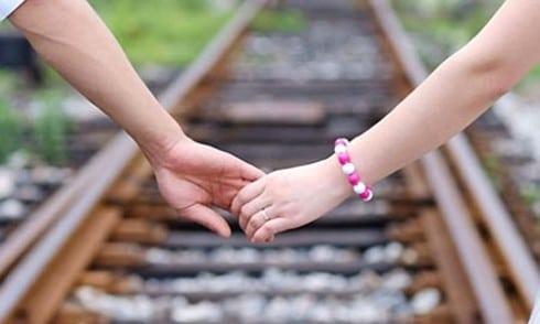 Nắm tay crush lãng mạn