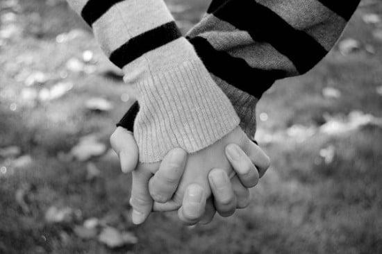 Nắm tay người yêu ngọt ngào