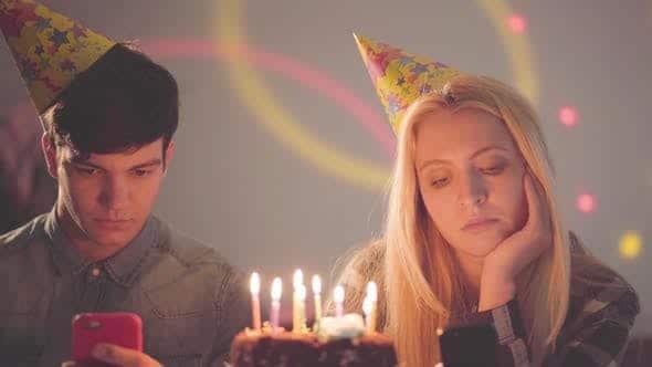 2 người sinh nhật nhưng vẻ mặt không vui chút nào