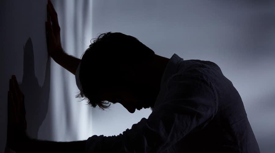 Ảnh chàng trai buồn trong đau đớn và vô vọng
