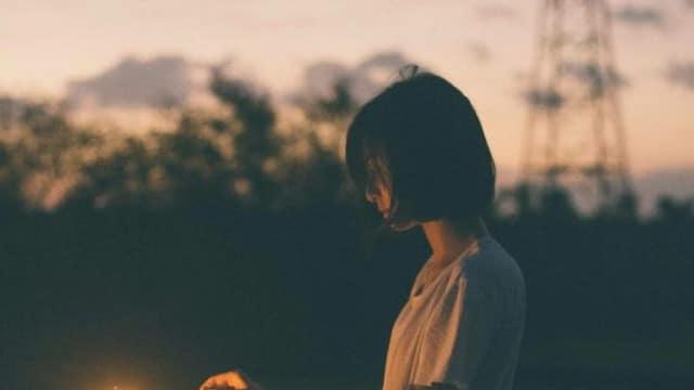 Ảnh cô gái cô đơn, lạc lõng giữa dòng đời