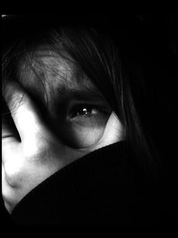 Ảnh cô gái khóc trong đau đớn