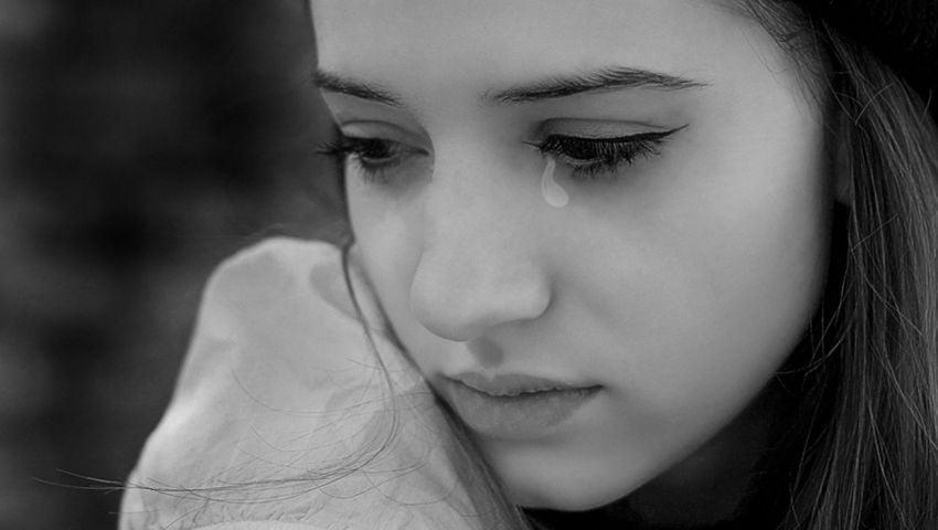 Ảnh cô gái thất tình khóc một mình