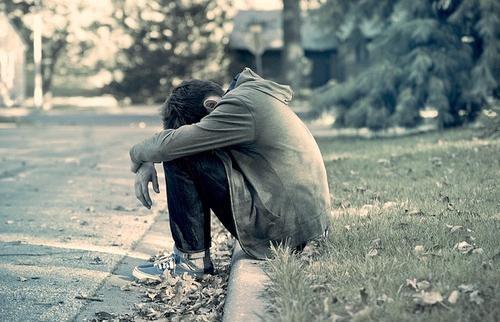 Ảnh con trai ngồi khóc thêm bên đường