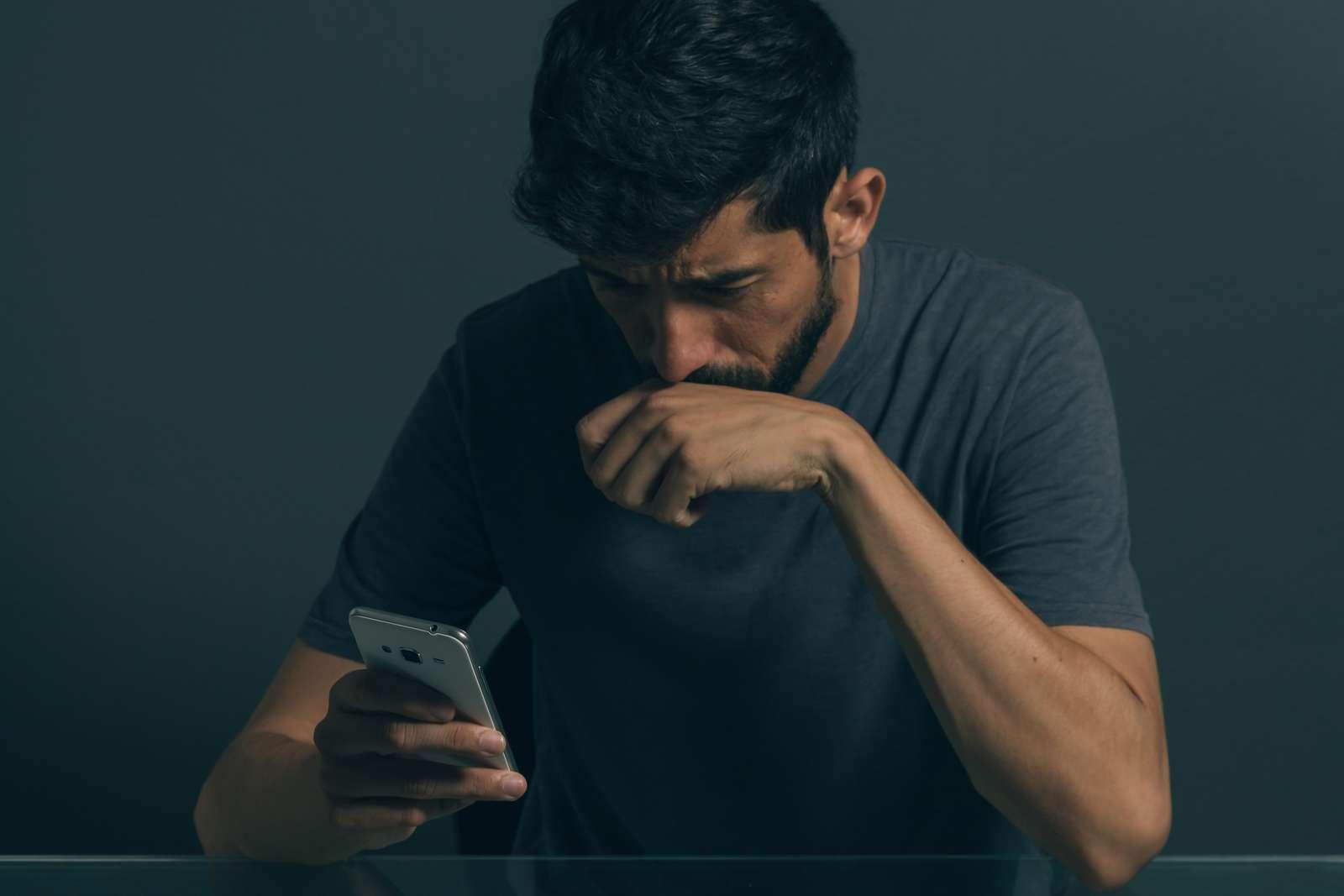 Ảnh đàn ông đầy cảm xúc khi đọc tin nhắn