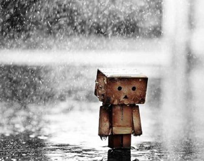 Ảnh đứng dưới mưa với tâm trạng trống rỗng, hiu quạnh