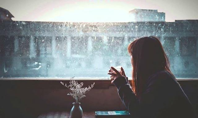 Ảnh ngồi một mình buồn nhìn trời mưa