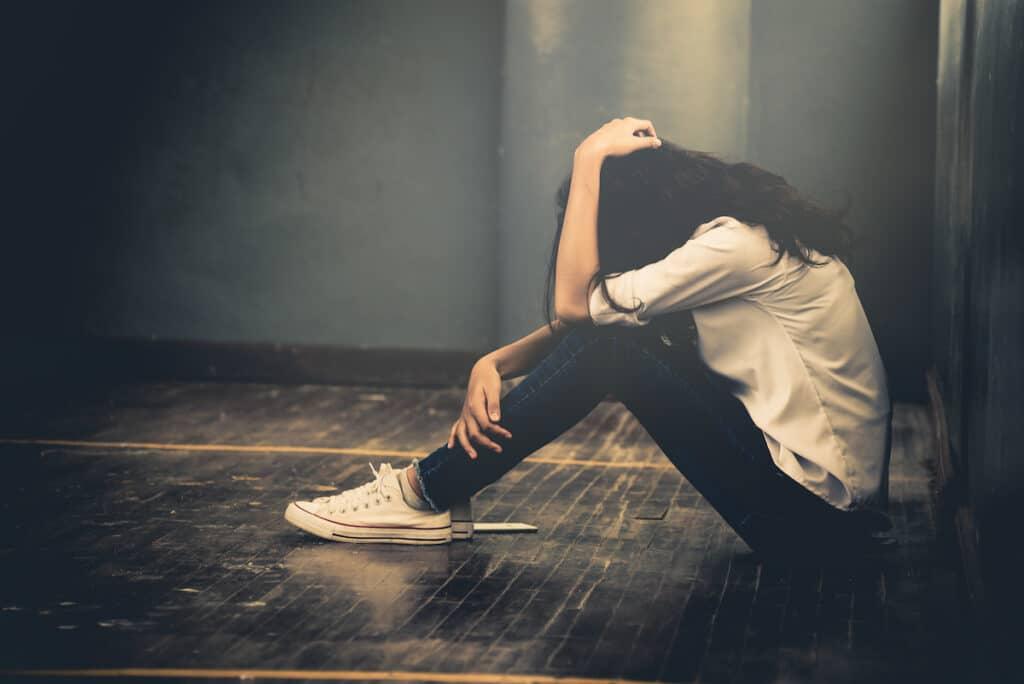 Hình ảnh cô gái ngồi một mình khóc và đau khổ