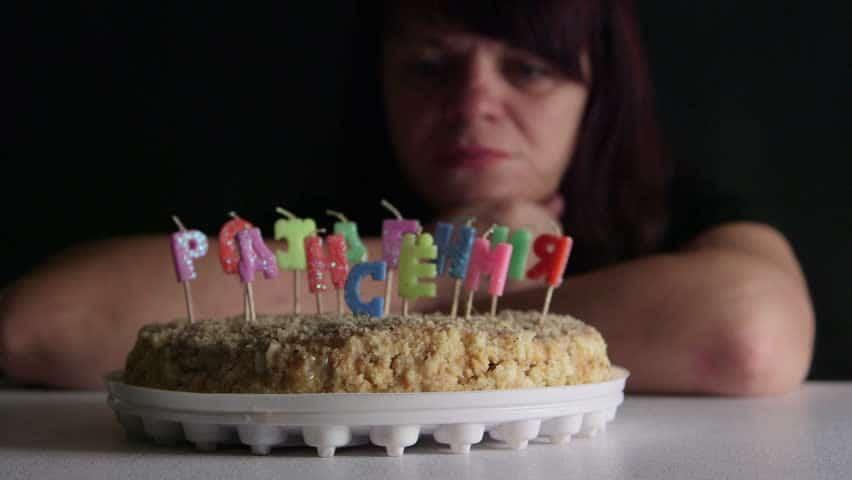 Ảnh thổi nến buồn ngày sinh nhật