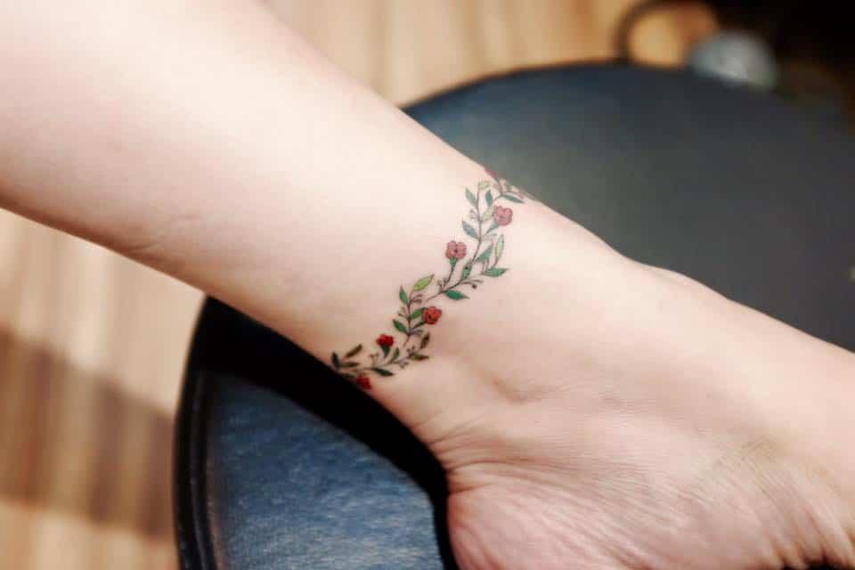 Ảnh xăm màu nghệ thuật vòng quanh cổ chân đẹp xuất sắc