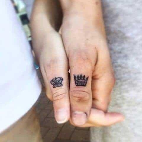 Ảnh xăm vương miện đẹp dễ thương ở ngón tay