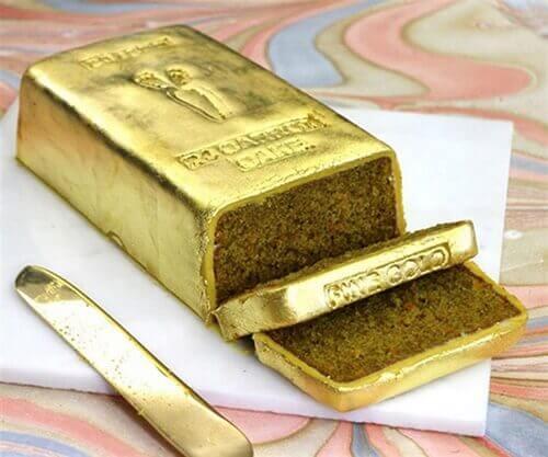 Bánh kem mạ vàng troll nhau ngày sinh nhật