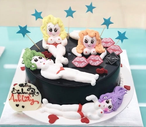 Bánh sinh nhật bựa với những cô nàng nóng bỏng