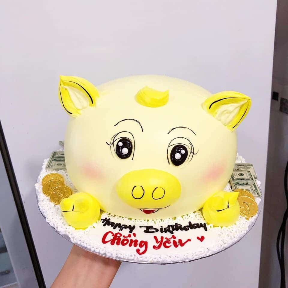 Bánh sinh nhật hình con heo vàng ngộ nghĩnh