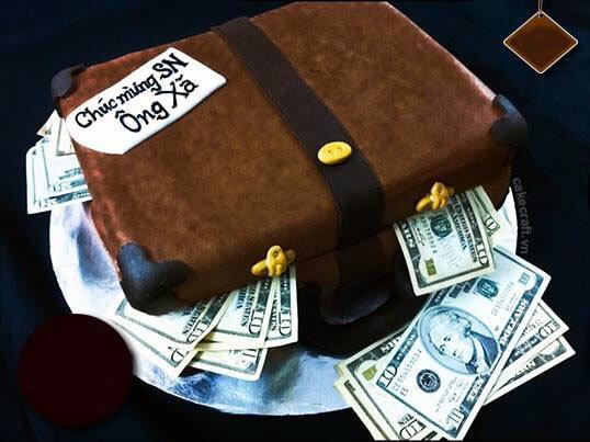 Bánh sinh nhật với chiếc vali đầy tiền đô