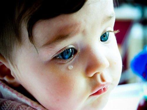 Bé gái khóc nhưng vẫn siêu xinh và dễ thương
