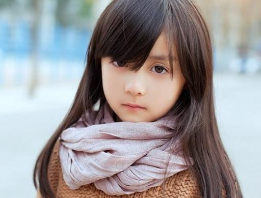 Bé gái xinh xắn pha chút lạnh lùng, khác lạ