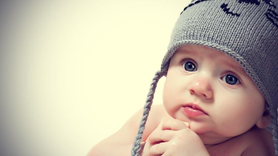 Bé sơ sinh với ánh mắt to tròn cùng khuôn mặt xinh xắn