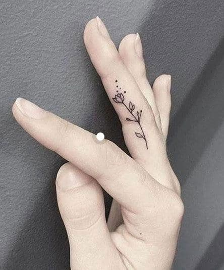 Bông hoa hồng nhỏ xinh trên tay cô gái