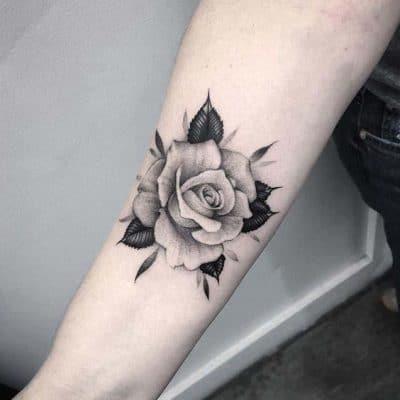 Bông hoa hồng xăm ở tay