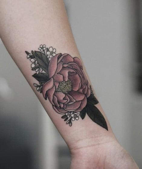 Bông hoa mẫu đơn trên cổ tay đẹp và ý nghĩa