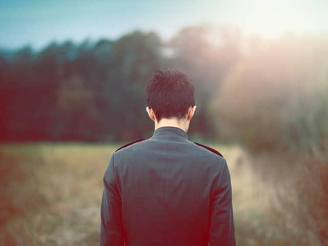 Bóng lưng buồn trong nỗi cô đơn