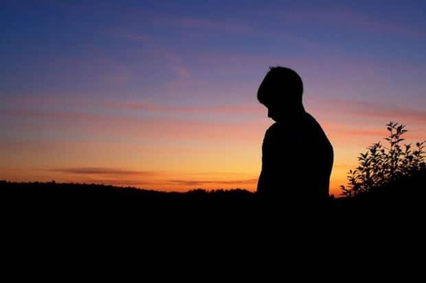 Bóng lưng cô đơn của người đàn ông