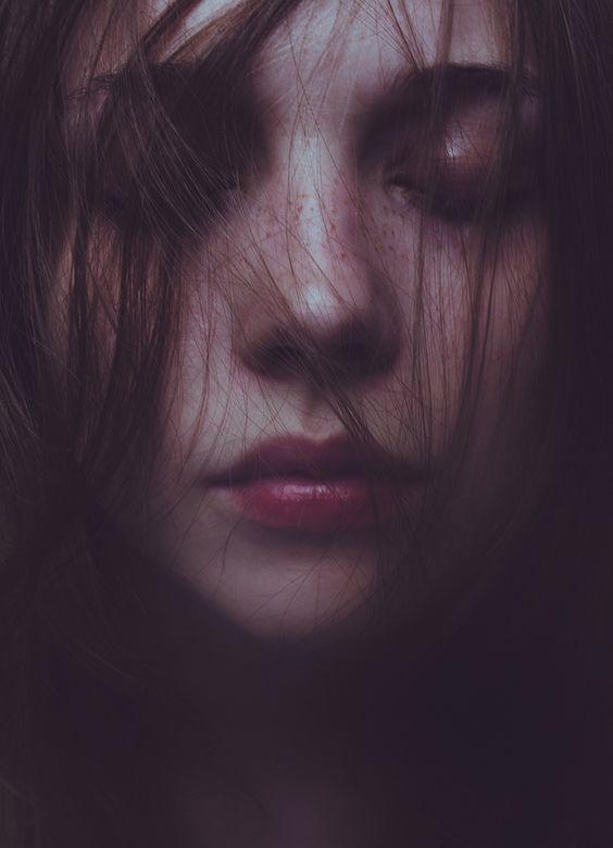 Bức ảnh buồn tủi và đầy tâm trạng của cô gái