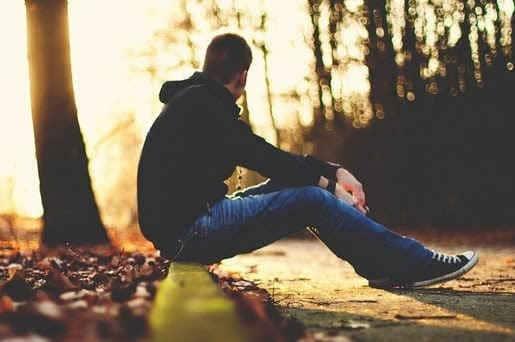 Bức ảnh chàng trai ngồi một mình hiu quạnh