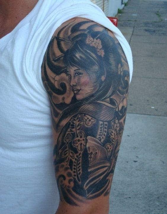 Bức hình cô gái Nhật quay nửa mặt ở bắp tay