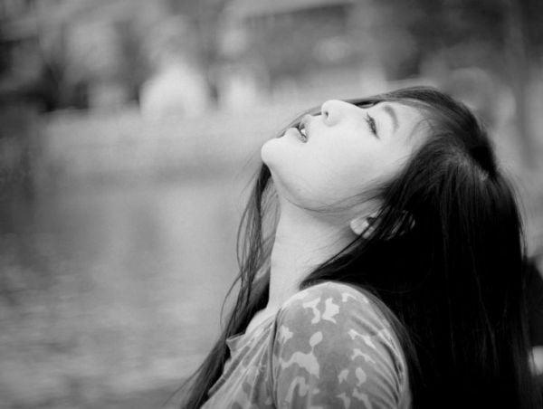 Bức hình đau khổ của cô gái trong tình yêu