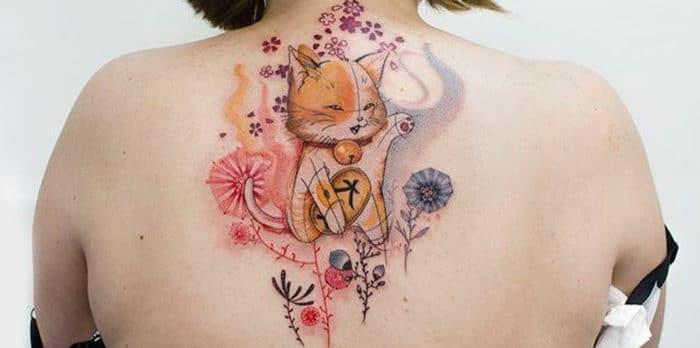 Bức hình xăm nửa lưng hình mèo thần tài
