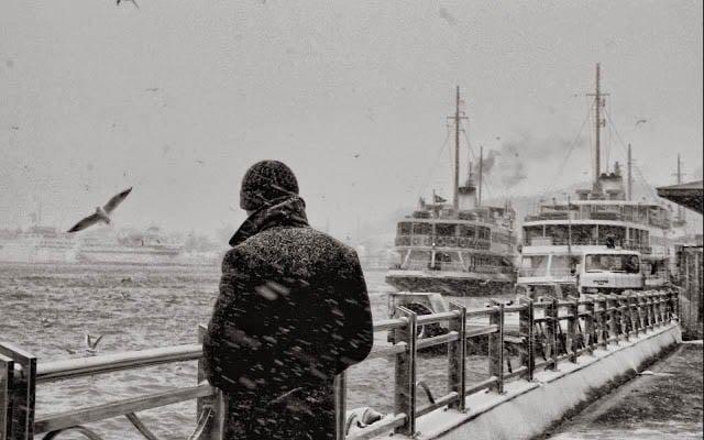 Chàng trai đứng một mình trong giá lạnh