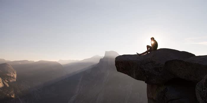 Chàng trai ngồi buồn trên vách đá