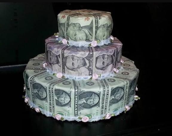 Chiếc bánh được bọc bởi tiền thật