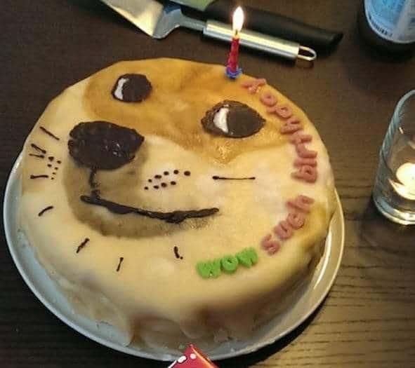 Chiếc bánh kem hình chú chó với biểu cảm hài hước