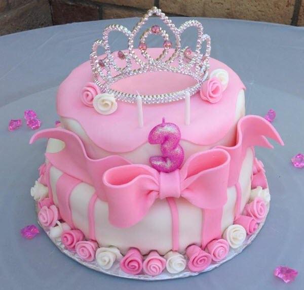 Chiếc bánh kem tạo hình vương miện công chúa cho bé gái