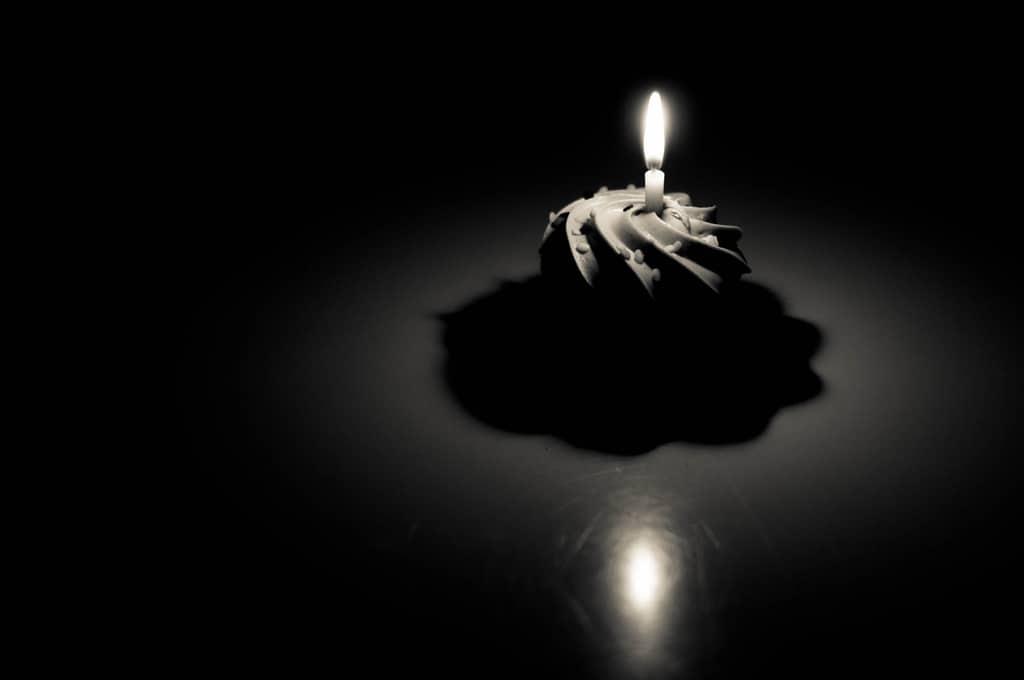Chiếc bánh sinh nhật lẻ loi với nước ảnh buồn