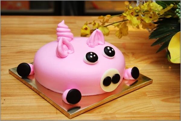 Chiếc bánh sinh nhật với hình chú heo hồng cute